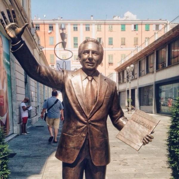 La statua bronzea di Mike Bongiorno.